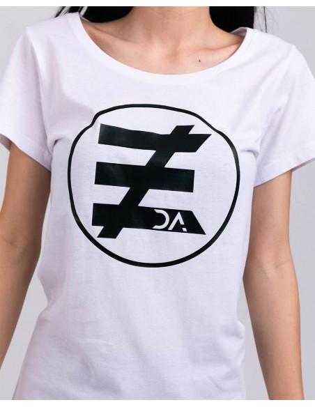 Tricou alb femei bumbac organic logo negru ByEDA detaliu